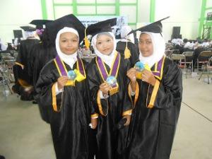 Tifa (kanan), Mifta (tengah), Nisa S [master of chemistry and mathematics] (kiri)