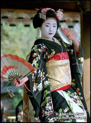 https://apriliaerlita.files.wordpress.com/2015/08/1c46a-geisha-kyoto-n-008-3.jpg?w=380&h=515